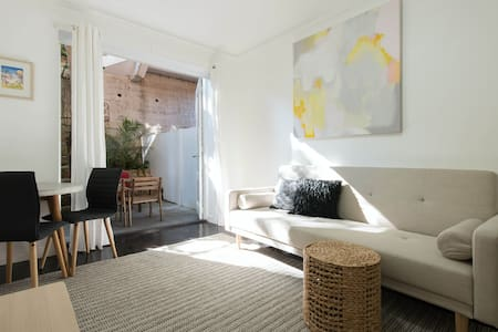 Garden apartment - great for couples - Double Bay