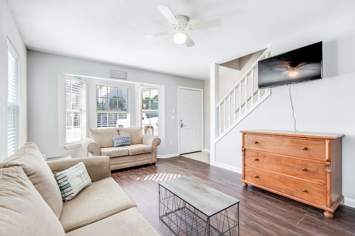 Lovely Coastal Townhome W/ Enclosed Yard, Great Location & Full kitchen