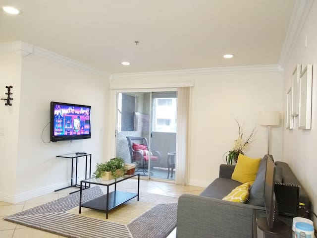 Upscale Business 1-bedroom next to Strip - A03
