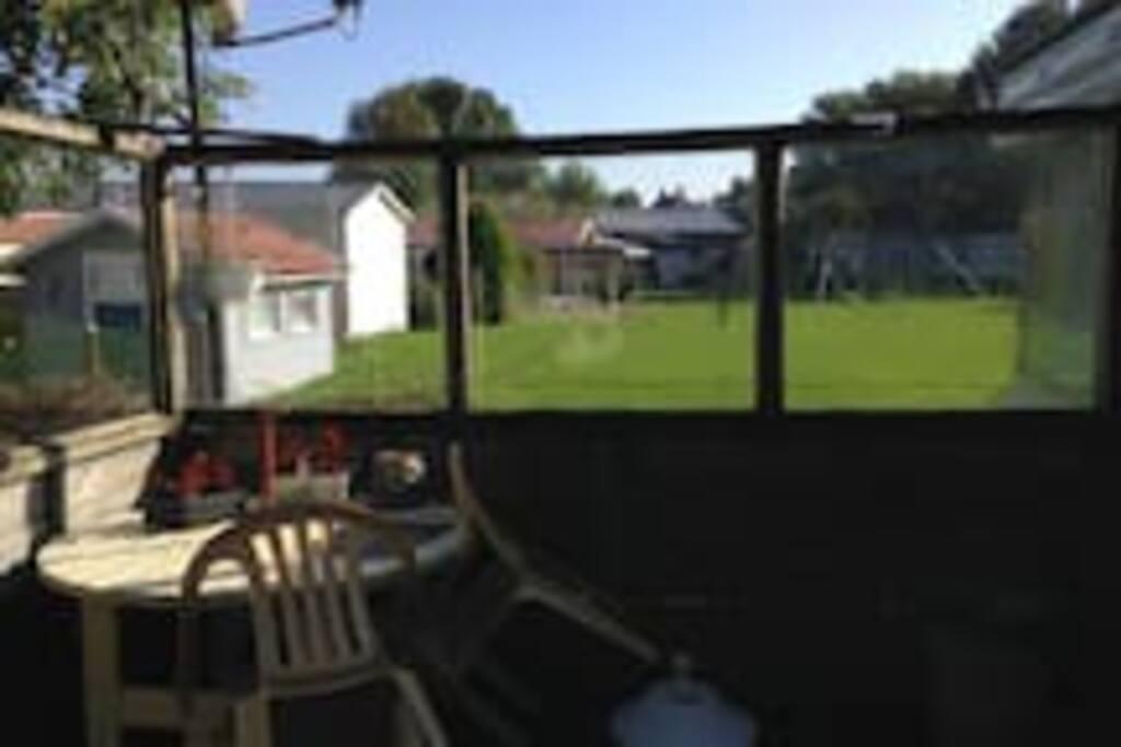 2) Die Terrasse + Windschutzscheibe.