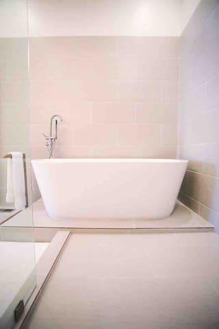Bath tub big enough for two :)