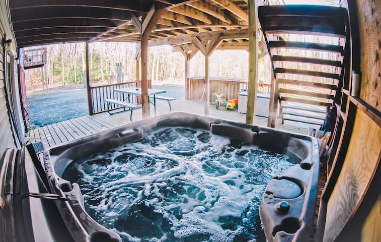 RC - Private/ Outdoor Hot Tub/ Game Room/ Private Pool/ Wood Burning Fireplace!