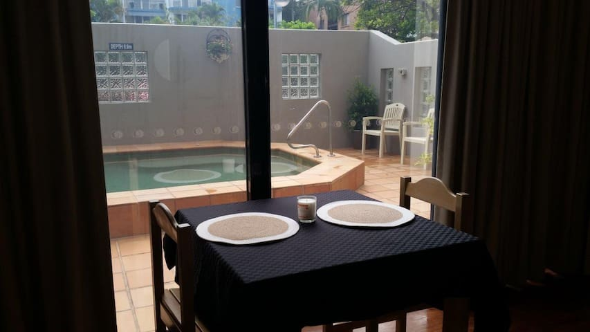 Studio Apartment near Beach and Sho - Caloundra - Leilighet