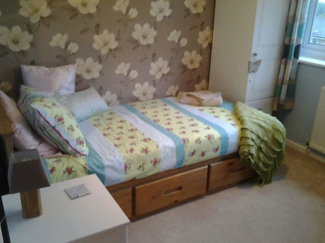 Bright single room for female guests only