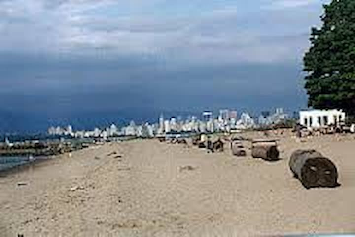 Jericho Beach 2-bedroom condo, large private patio - Vancouver - Byt
