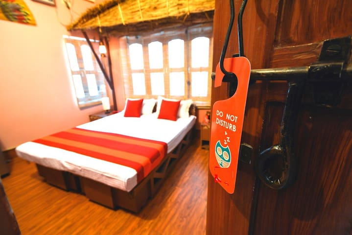 Two beautiful rooms near banks of Ganges