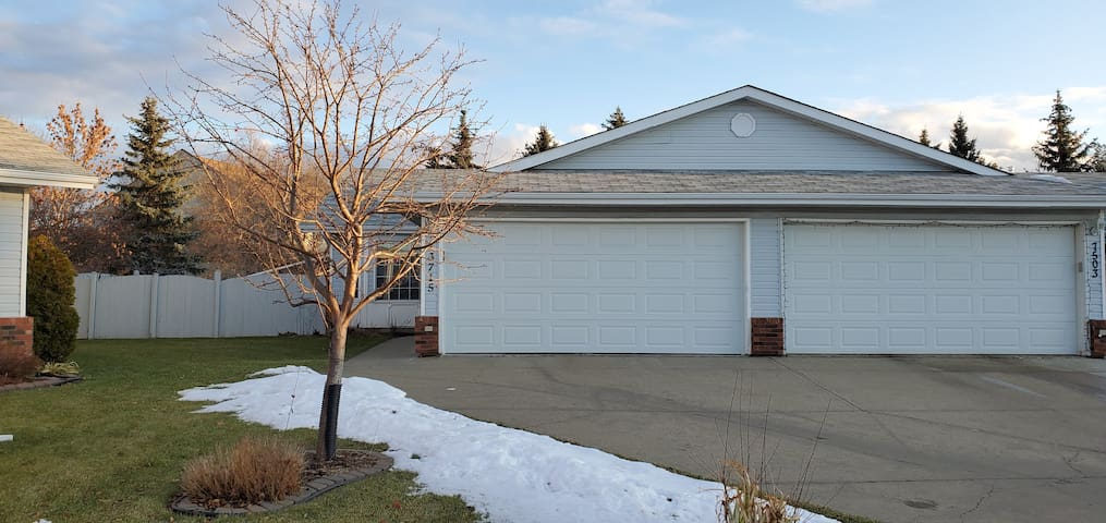 Modern, quiet cozy home near Londonderry Mall
