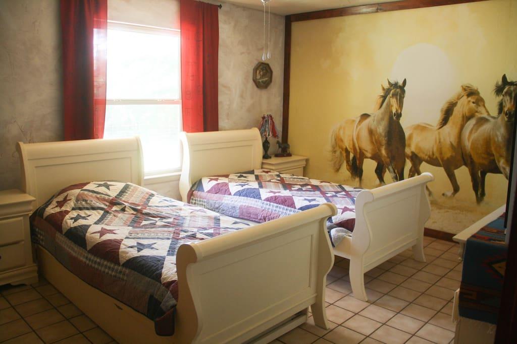 Guestroom  with 2 twins and 1 pullout bed Gaestezimmer mit Ausziehbett