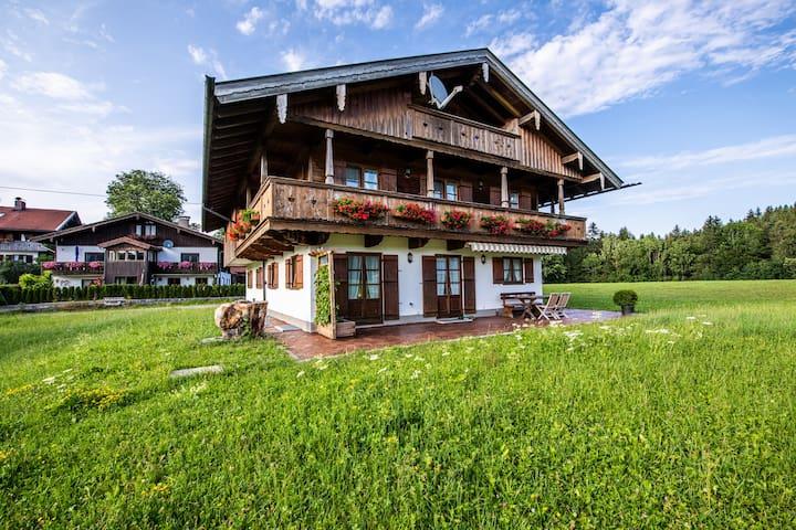 Biohof Jörgenbauer - Traumhafte Ferienwohnung Bergzeit mit Bergblick, WLAN, Balkon und Garten