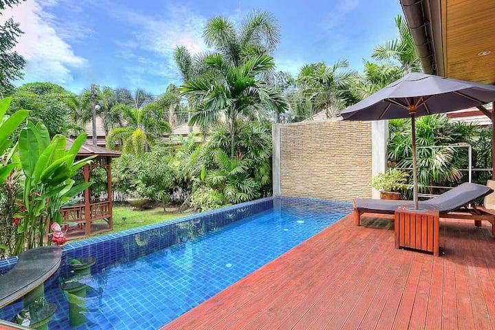卡伦豪华三卧玖号花园泳池别墅,距海滩500米,步行到海滩位置优越,周边配套设施齐全,出行方便