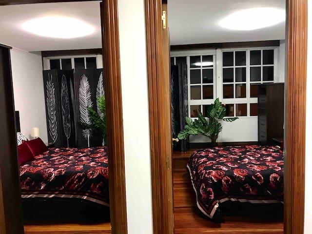 Dos habitaciones con camas de 1.35. Colchones viscoelásticos. Fundas nórdicas. Luz de galería coruñesa.