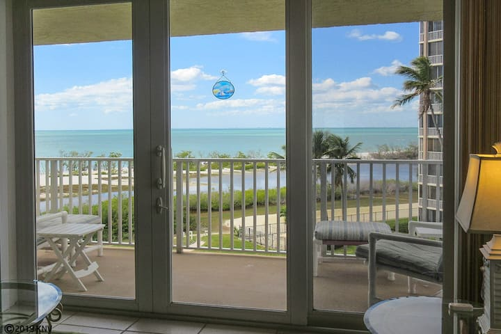 BEACHFRONT GETAWAY VACATION CONDO AT BARGAIN PRICE! EBT407A
