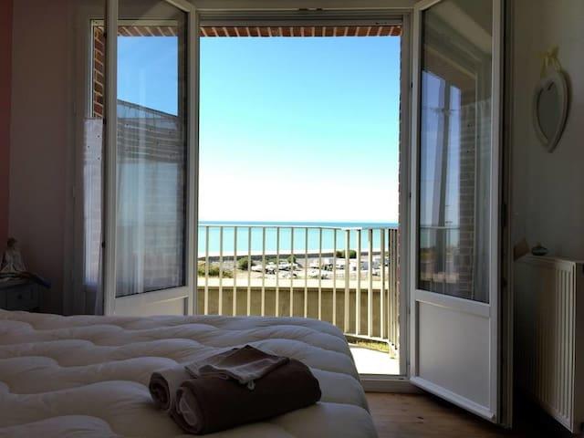 F2 vue mer, jardin, parking, accès plage à pied