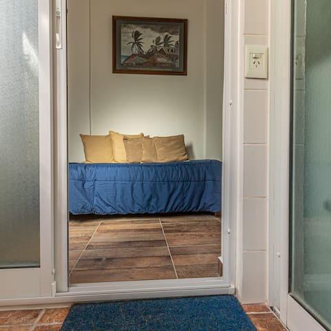 Luminoso y  pequeño cuarto a nuevo c/baño privado
