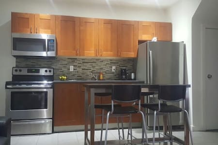 Spacious room with parking! - Toronto - Maison