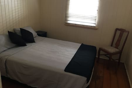BED 1 -Minutes from city, hospital & airport! - Windsor - Casa