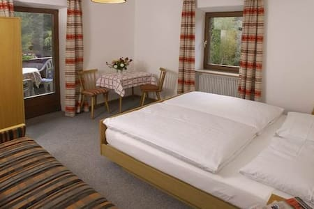 Doppelzimmer mit Badewanne und Bergblick