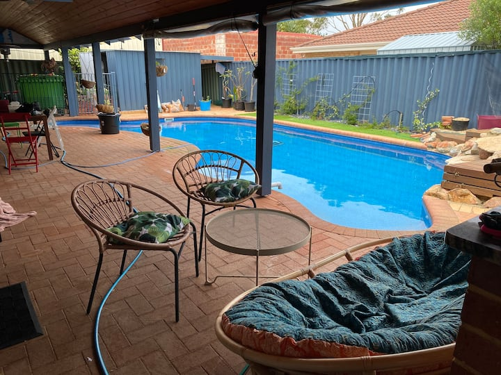 Lake Coogee family friendly two rooms, pool, spa.