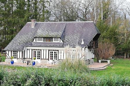 Maison Normande typique dans un écrin de verdure