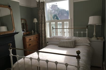 Two rooms available in Private Home-Raceweek - Cheltenham - Rumah