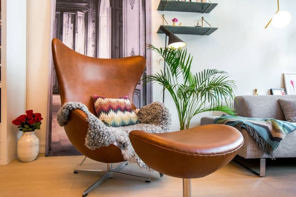 Feel like a true artist in our beautiful designer egg chair by Arne Jacobsen. Perfect for relaxing.