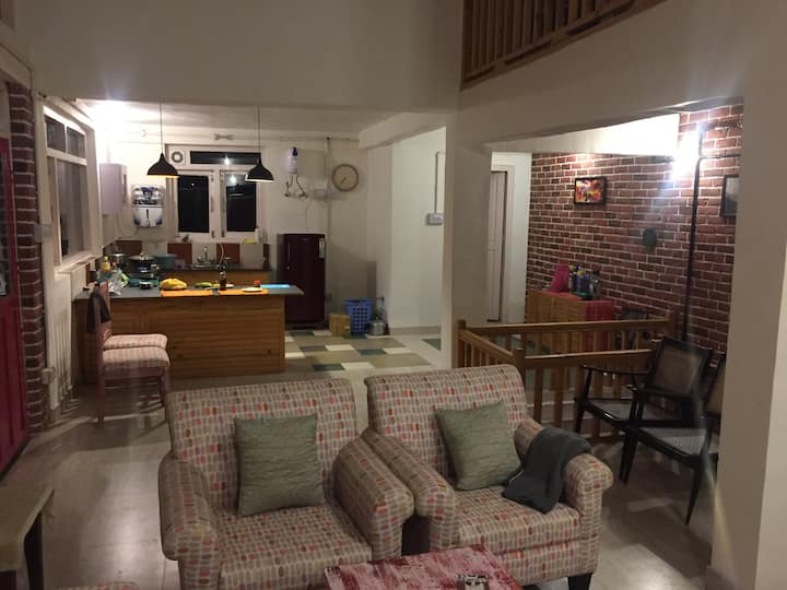 Cosy, artistic cottage. Sleeps 4-6. Great location
