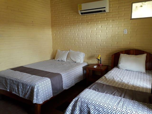 Recamara 2 con una cama matrimonial y una cama individual, aire acondicionado