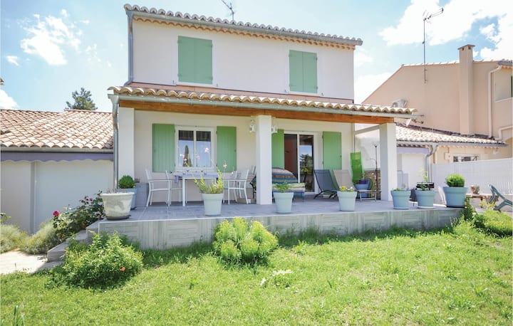 Awesome home in Uzes with 3 Bedrooms and WiFi