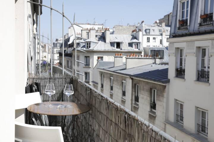 Un petit verre sur le balcon pour admirer les toits de Paris?