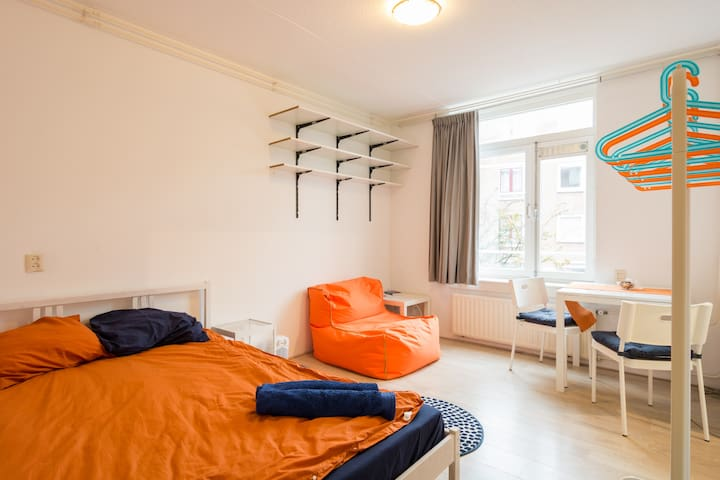 Cosy room right next to station - Explore Holland! - Amsterdam - Appartement