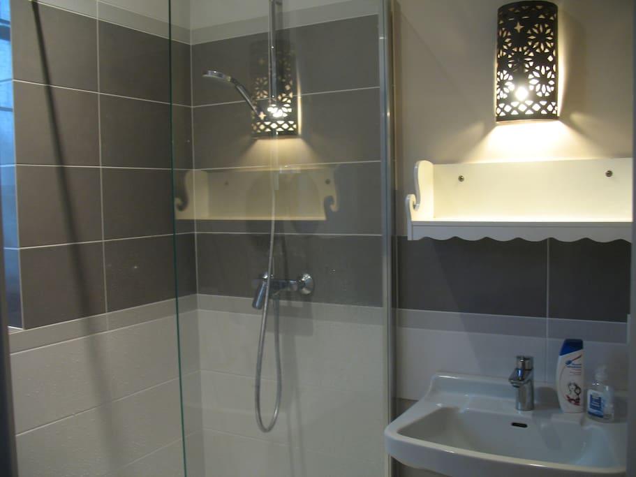 La salle de bain privative a sa fenêtre, vue sur la nature :-)