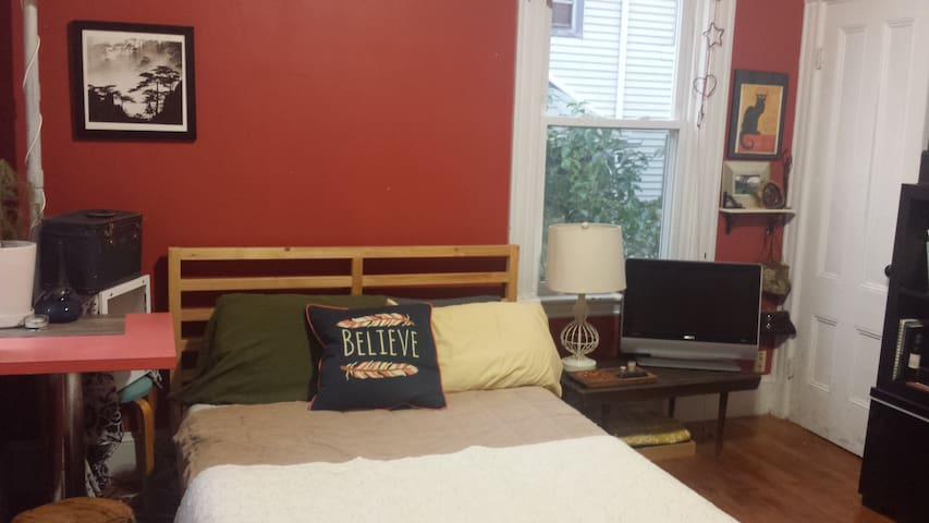 Peaceful Room in Comfy JP Home - Boston - Apartment