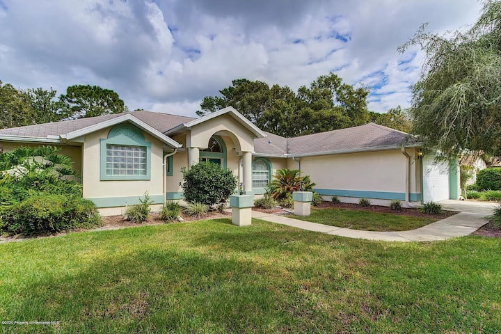 Pool house, Mermaid Show, Golf and close to Tampa