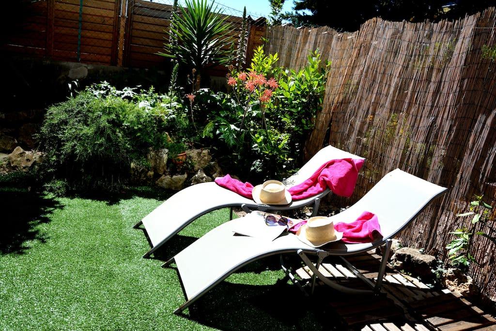 Jardin/terrasse de 40 m2 sans vis-à vis. Environnement calme.