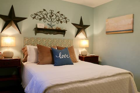 Lovely Rebecca Q Room in shared home near Beach!