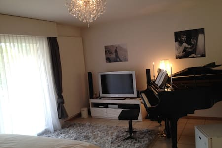 Guest room in family villa - Fribourg - Ev