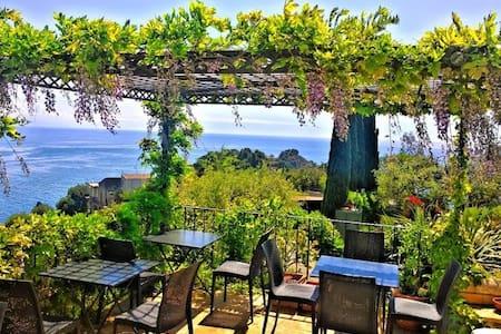 Stanza con colazione e piscina. - Taormina
