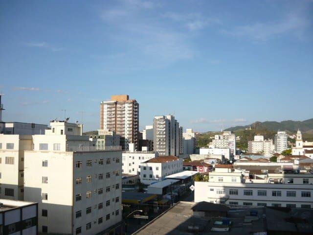 Vista de parte da cidade, olhando do apartamento
