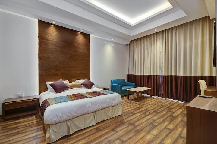 Premium Room with King-Size Bed in Central Delhi!