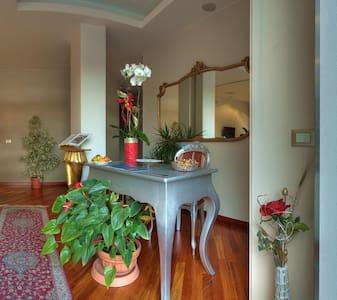 Bed & Breakfast Borgo delle Viole - Villanova d'Albenga - 家庭式旅館