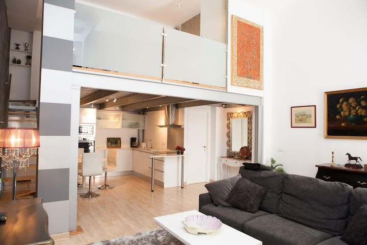 ZONE 1-CHARMING LOFT (PARKING)NEXT TO ALCÁZAR