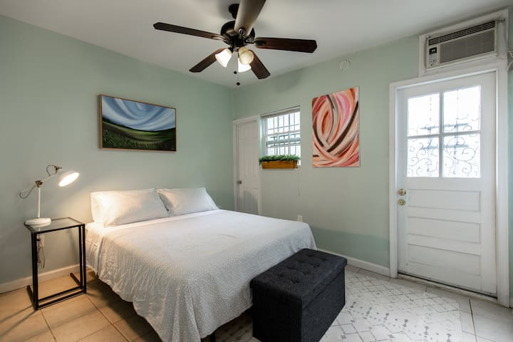 Cozy studio in the heart of Georgetown- No Fees