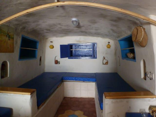 L'espace chambre : 3 lits, 3 espaces de rangements, niches et portes-manteaux.
