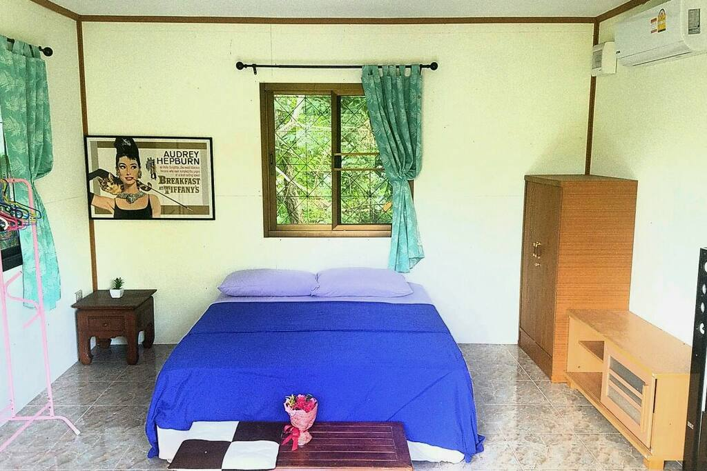 Просторная спальня с окнами на три стороны и выходом на веранду. Оснащена кондиционером, вентилятором и акустической системой.