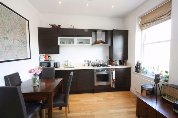 Beautiful 2 bedrooms flat in Chiswick for 4 people