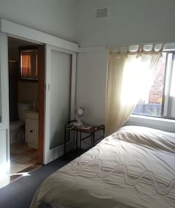 VERY CLEAN ROOM WITH OWN BATHROOM - Roselands