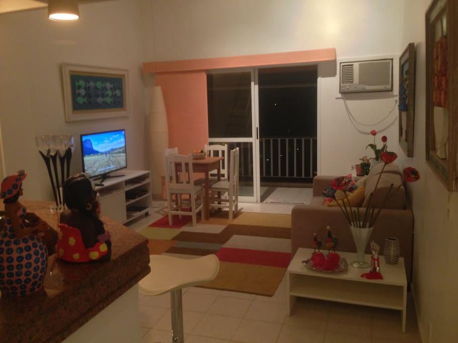 Sala, com sofá cama, ar condicionado, tv de LED.