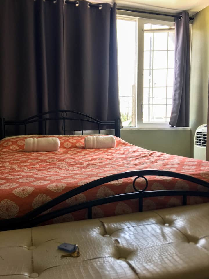 Small Private Room Central LA 1c