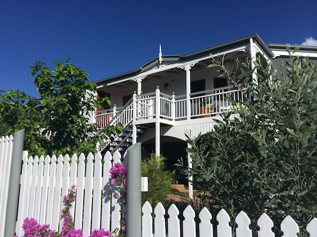 Townsville, 1.5 km to JCU, Hospital