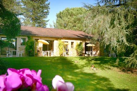 Appartamiento centro SARLAT en un parco de arboles - Sarlat-la-Canéda - อพาร์ทเมนท์
